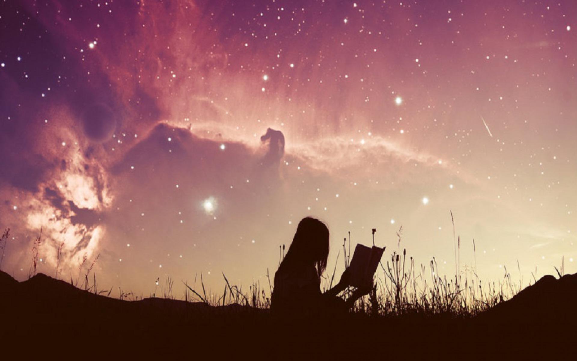 Картинка девушка смотрит в звездное небо