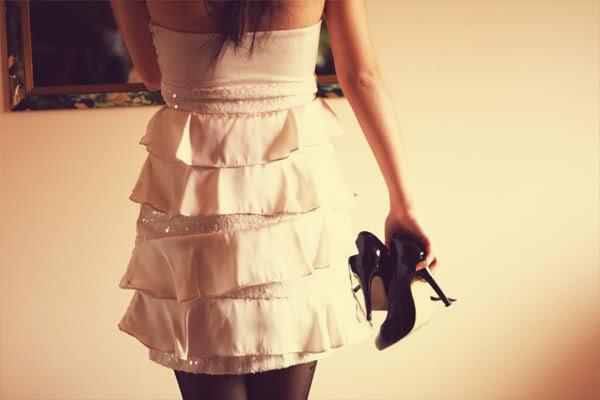 Фото со спины девочек в платье