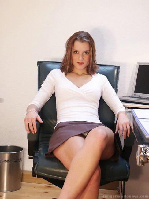 Голая в офисе казашка женщина считаю