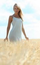 Ты колосок на поле, зреет где пшеница.  От ветра ты с другими, как волна.  Ты полнотою урожая колосишся...