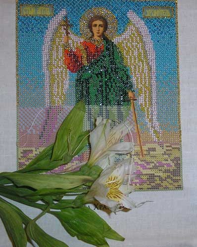 Час поздний, земля погрузилась во тьму, За вышивкой я, блещут бисера нити В иконе, на ней будет Ангел Хранитель...