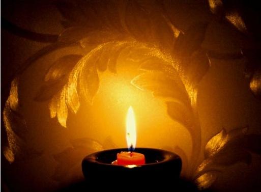 Свеча, сгорая,слёзы льёт, О чём-то словно сожалея.  Всего лишь ночь - и жизнь...