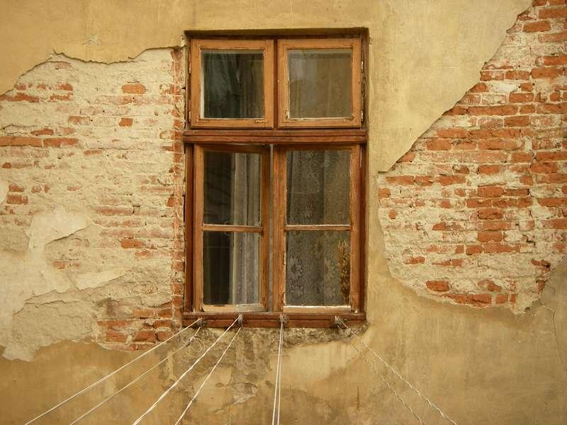 Остекление балконов деревом: особенности использования деревянных рам