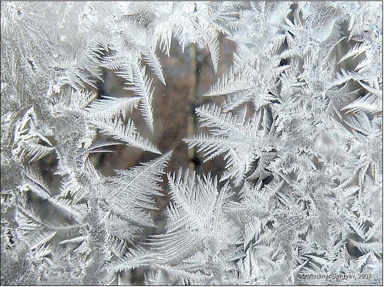 Морозные узоры на окне