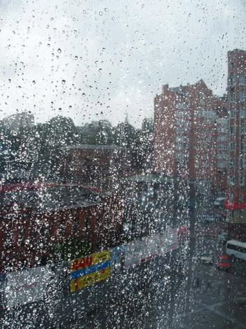 По стеклу стекает дождь