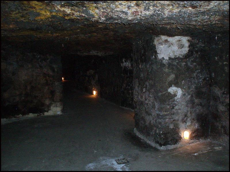 Света было очень мало, освещены были некоторые места с редкими надписями с названиями пещер, в которых находишься.