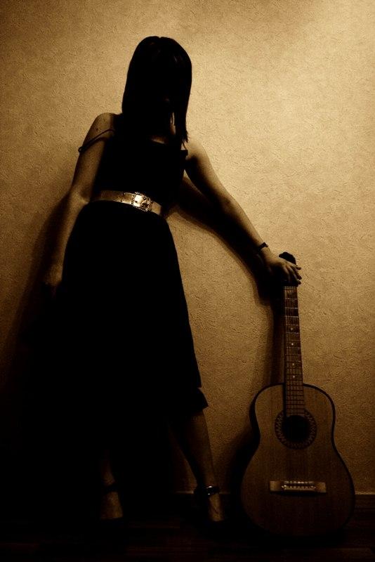 Картинки девушки с гитарой со спины