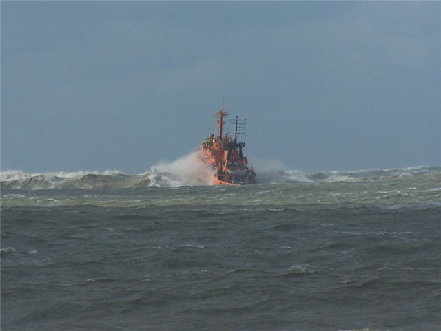 Водолазы приступили копределению положения плавкрана, затонувшего вКрыму