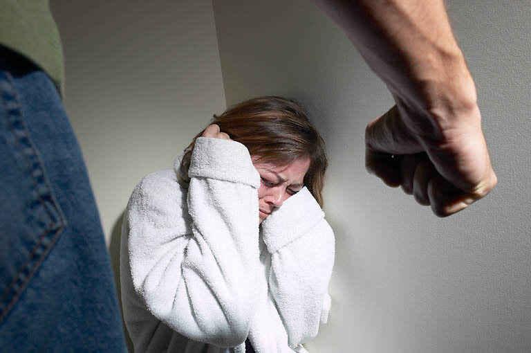 Избил беременную девушку что будет