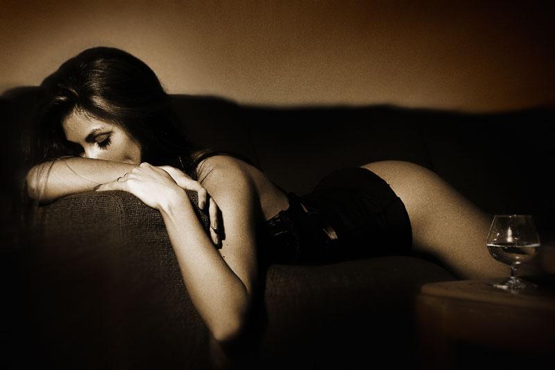 Шальная брюнетка валяется на кроватке в одиночестве без одежды  585444