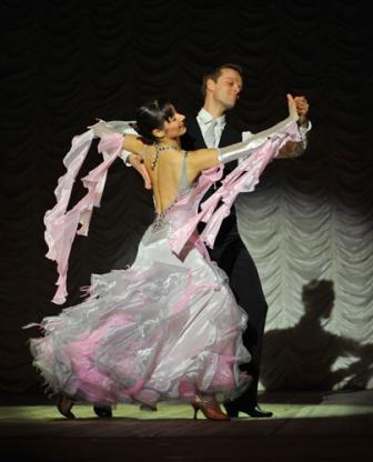 Он переносит всех в атмосферу бальных платьев и фраков, прекрасной музыки и изысканных мелодий.