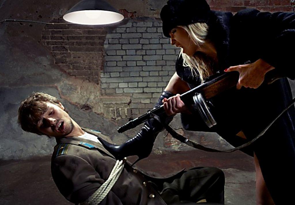 мужчина пытает девушку - 9