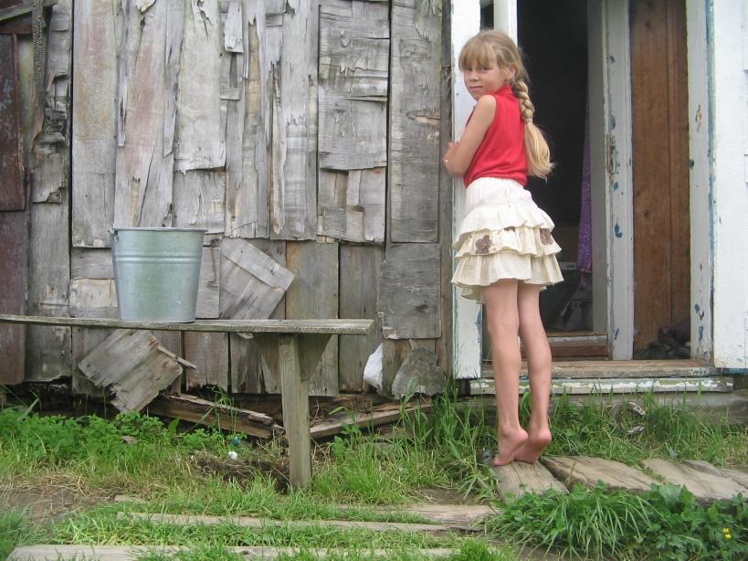 Фото девушек в юбках одних дома в деревне частное, как выпороть крапивой видео