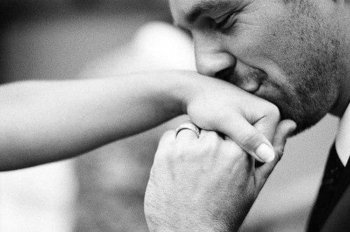 Парень целует свою руку