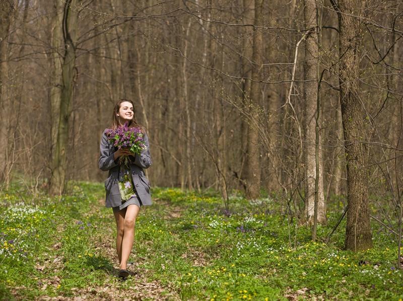 Фото в лесу девушка фото