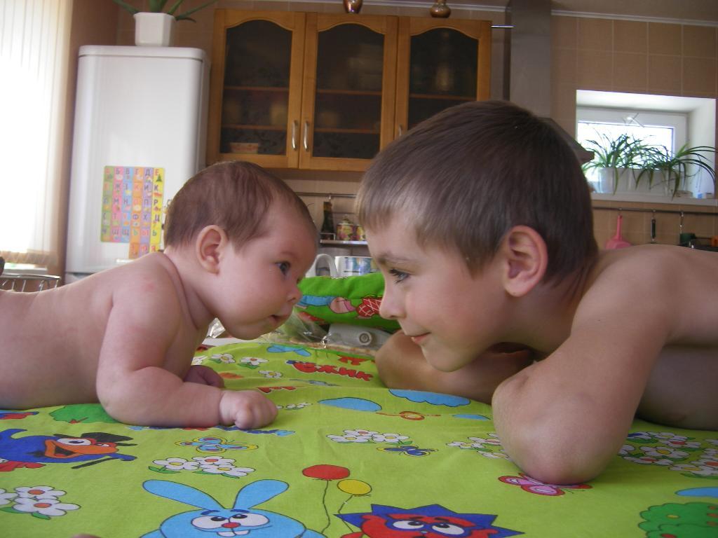 порно фото брат с сестро в первый раз