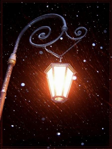Небо ещё затянуто тёмно-синим матовым полотном, фонари испускают мягкий оранжевый свет...