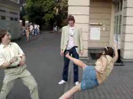 Девушка одним ударом заканчивает драку с парнем!!! девушка удары на