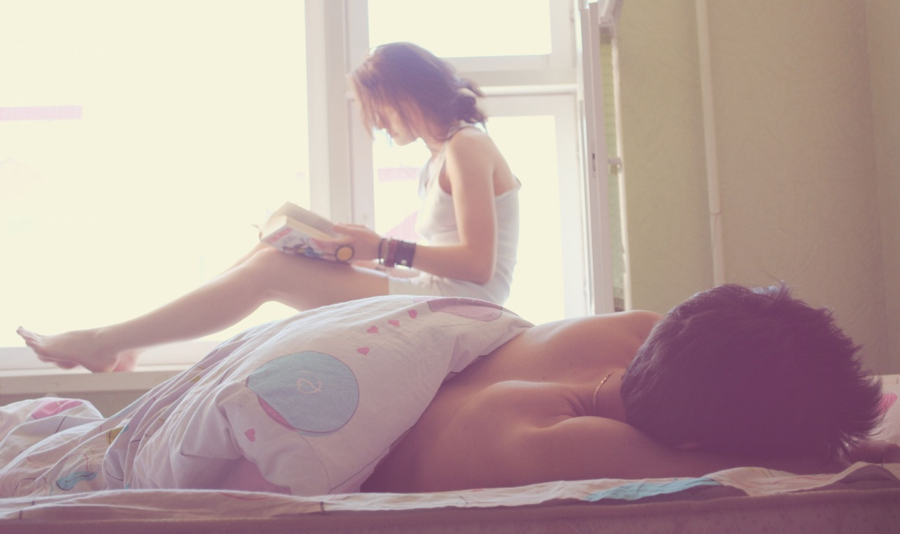 Девушка читает а парень спит.