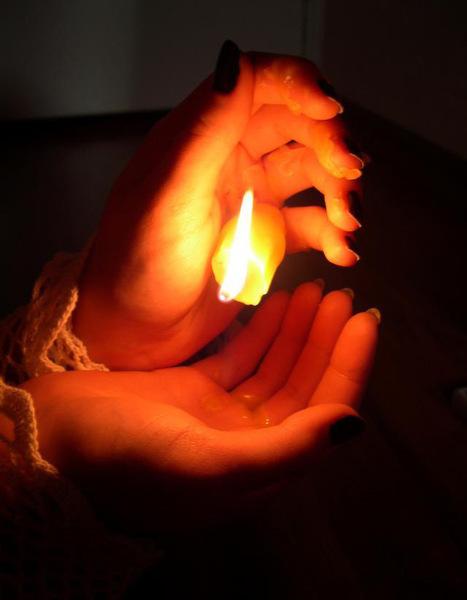 Пред образом зажгла свечу