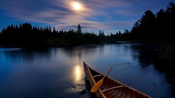 тихо лодка плывет по большой реке и гармошка поет