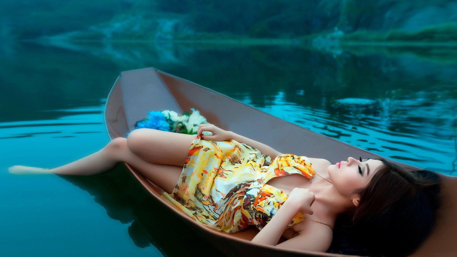 переплывать озера на лодке