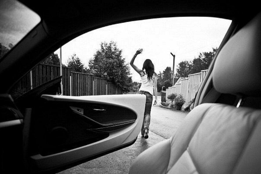 картинка девушка уходит со спины