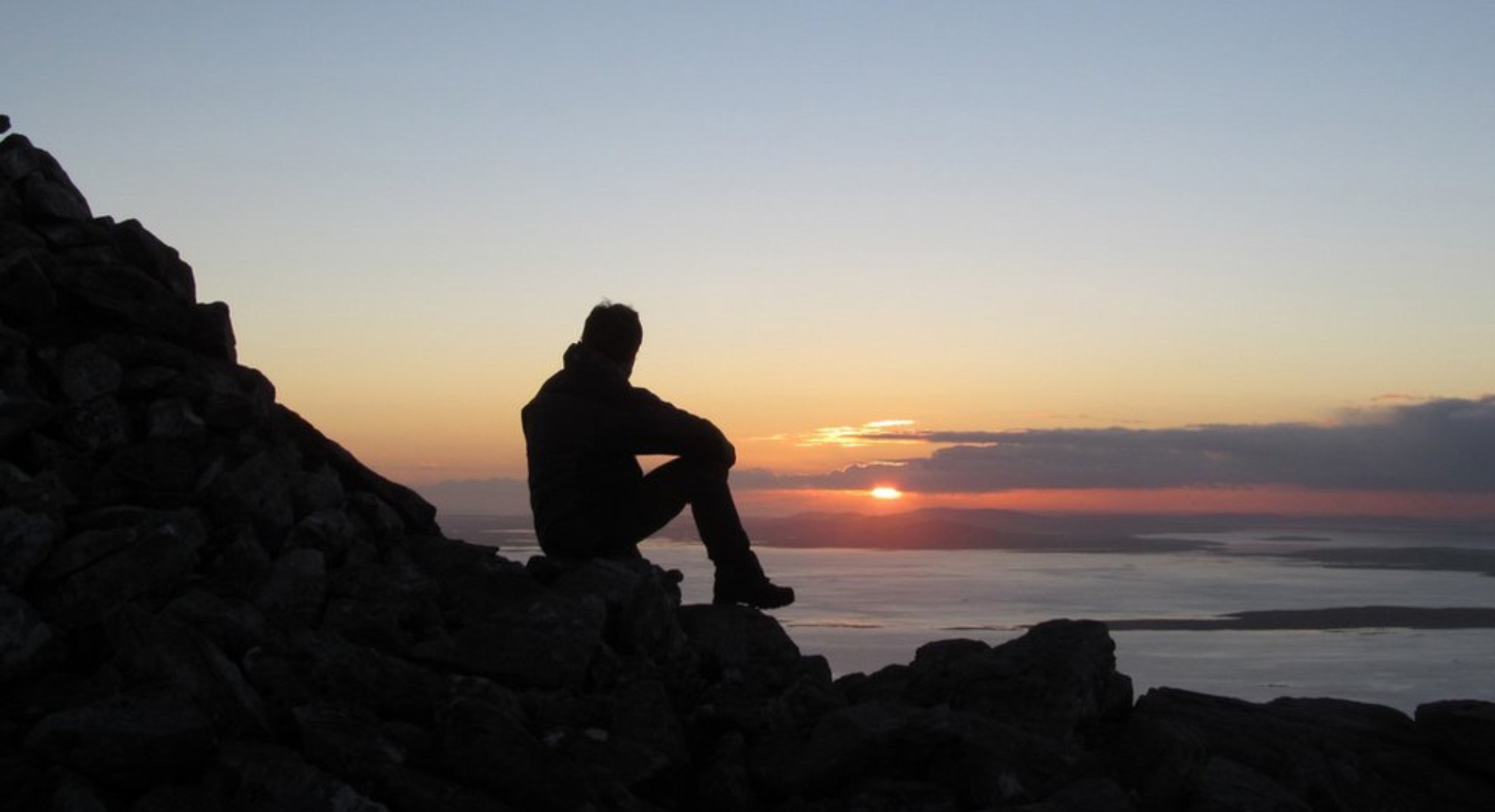 картинки парень сидит один на берегу моря меня морозилке