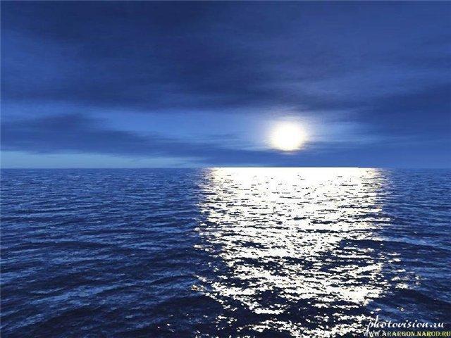 Луна ночью над морем фото