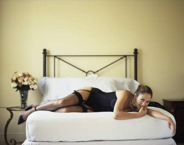 девка на кровате фото