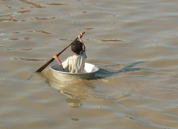 мужики в лодке дома