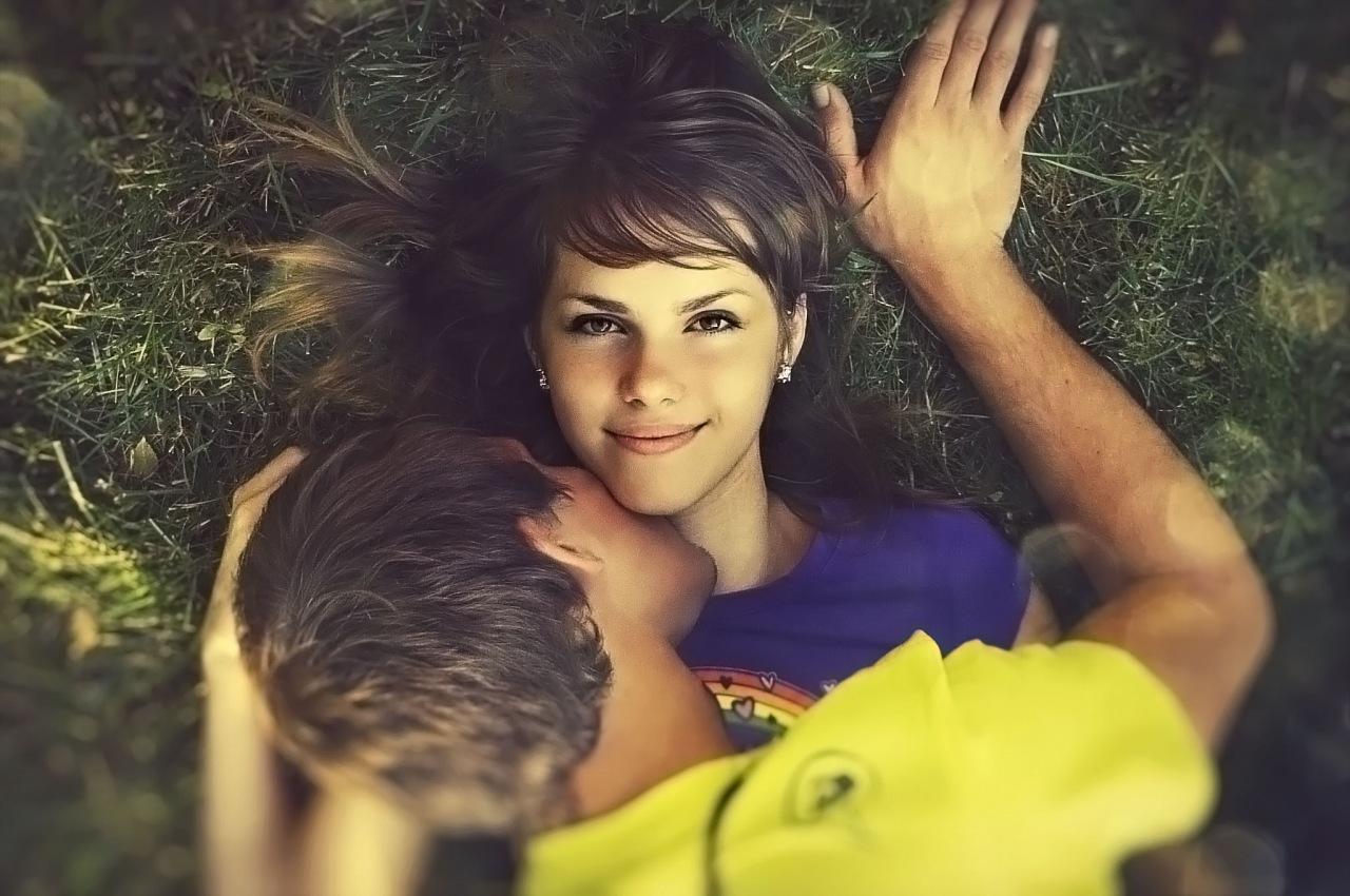 Фото девушек которые целуются с девушкой челкастые