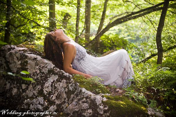 фото пилает в лесу.