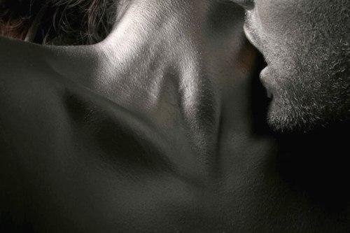 как он целует ей грудь