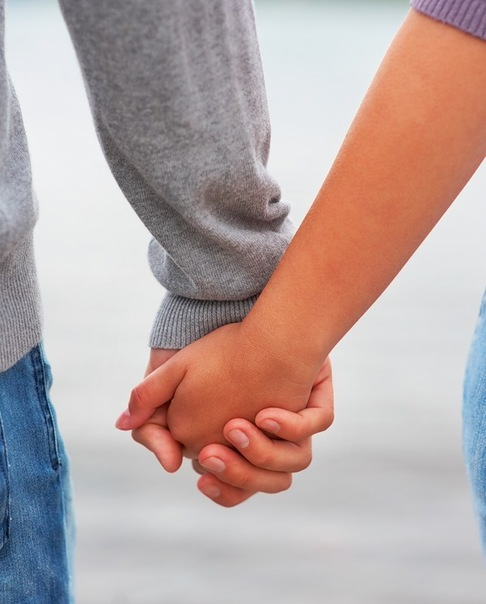 Парень берет руку в свои руки
