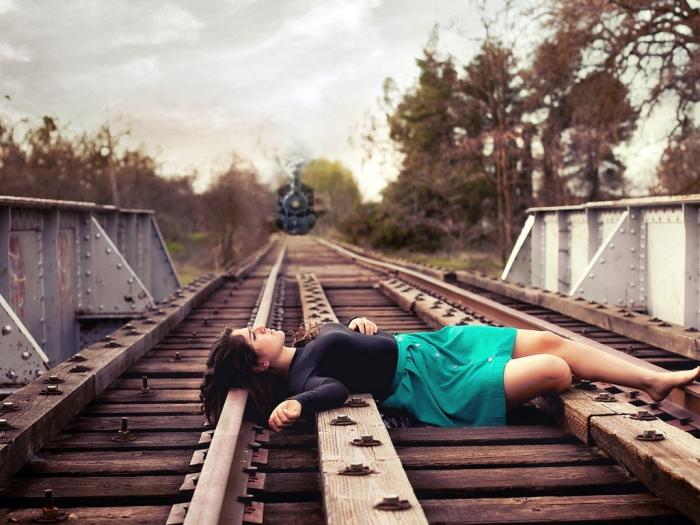 Поезда отходят от вокзалов и увозят наши родные души все дальше и дальшевот так случается