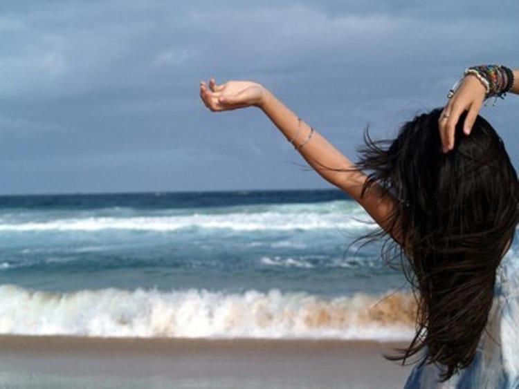 Брюнетка на море красивое фото
