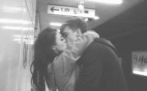 фото девушка фоткает своего парня пока он обнимает её