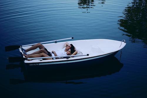пара получай лодке во  тростнике