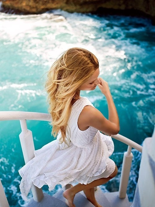 Фото блондинок со спины в белом платье