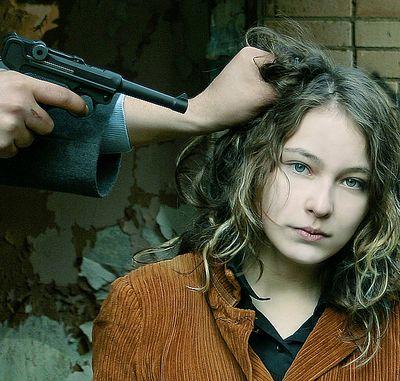 расстрел девушки