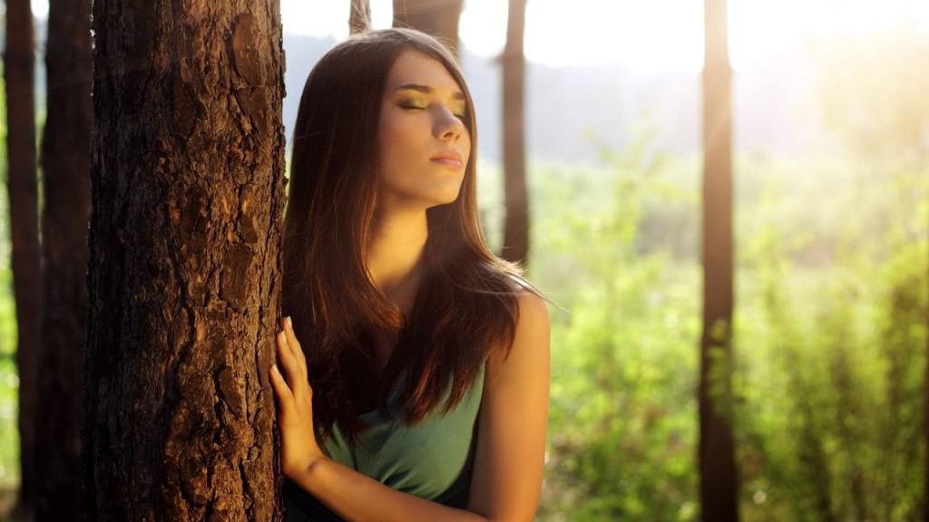девушка на дереве фото