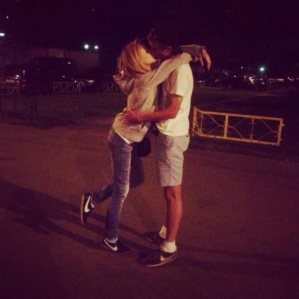 Девушка у парня ночью вместе