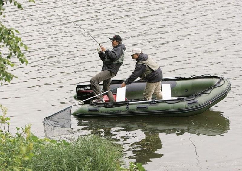 на подставной  лодке  со мотором в области москва реке