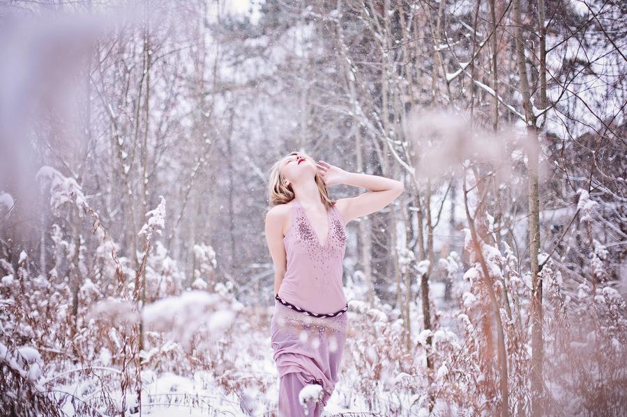 golie-zimoy-na-snegu-video