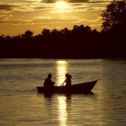 покачиваясь в лодке я любовался берегами реки