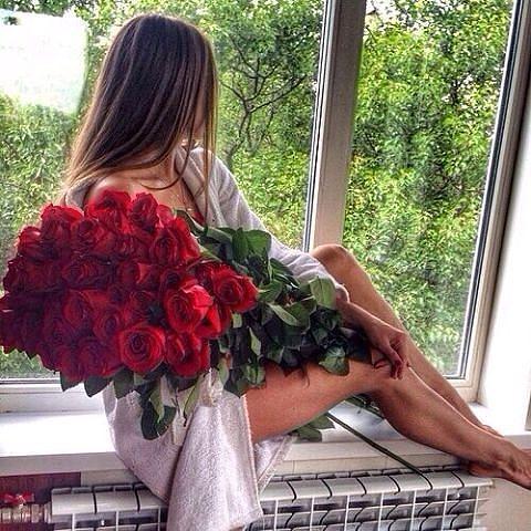 Шатенки с цветами со спины