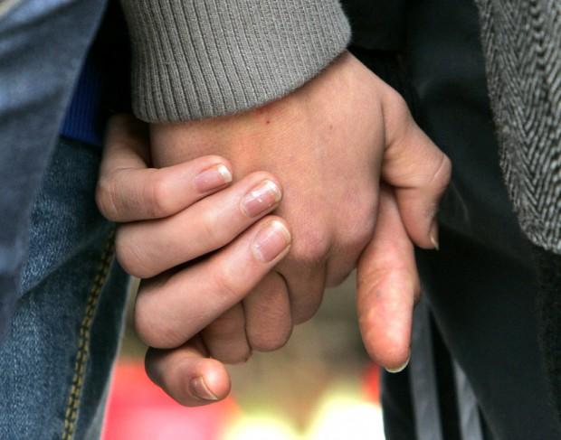 Мужчина взял мою руку в свои 11