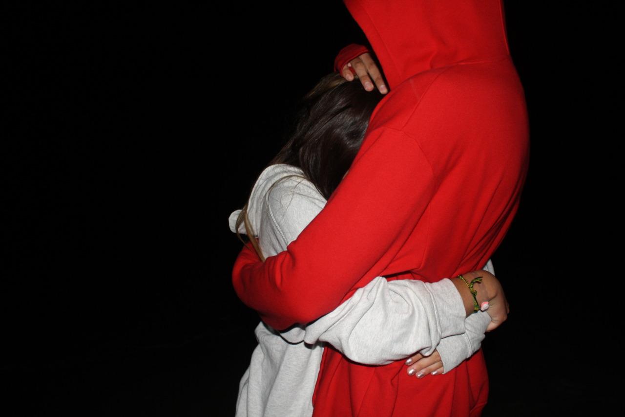 Девушка с парнем обнимаются в темноте фото