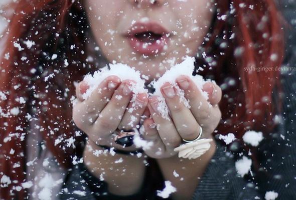 стою и снежинки в ладошки ловлю